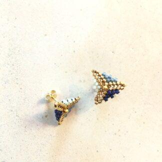 Ørestikkere og andre smykker af delicaperler, sten og forgyldt sølv. Øreringe, armbånd og halskæder håndlavede og syede med små farvelagte og forgyldte perler, sten og forgyldt sølv.