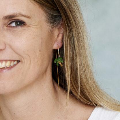 Øreringe med palme. Håndlavede, unikke smykker med delicaperler, øreringe med sten og perler. Forgyldt sølv og guldbelagte perler