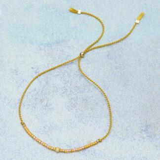 Smykker håndlavede. Armbånd med silkesnor, små delicaperler, glidelås og smykkedele i forgyldt sølv.