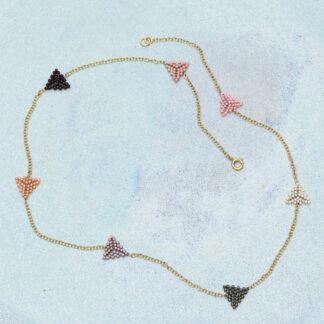 Halskæde med syede små trekanter af delicaperler. Doublekæde, håndlavede smykker.