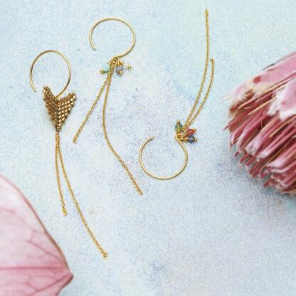 Håndlavede smykker med forgyldt sølv, sterlingsølv, delicaperler og sten. Håndsyede og dansk produceret.