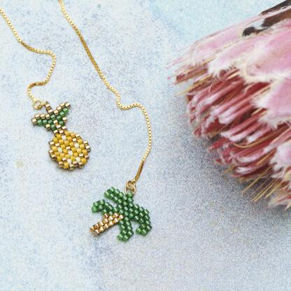 Øreringe med ananas og palme. Håndlavede, unikke smykker med delicaperler, øreringe med sten og perler. Forgyldt sølv og guldbelagte perler