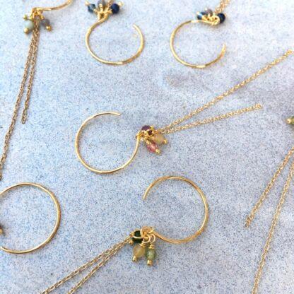 Smykker, håndlavede med forgyldt sterlingsølv, forgyldt kæde og små sten og swarovskiperler.