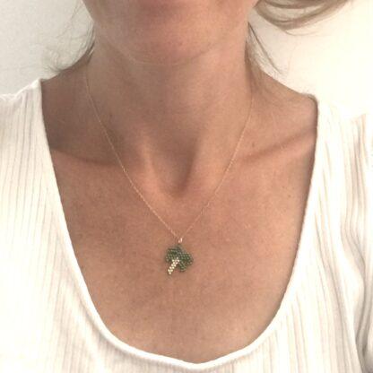 halskæde med palme. Håndlavede, unikke smykker med delicaperler, halskæde med sten og perler. Forgyldt sølv og guldbelagte perler
