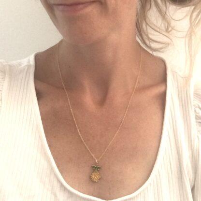 halskæde med ananas. Håndlavede, unikke smykker med delicaperler, halskæde med sten og perler. Forgyldt sølv og guldbelagte perler