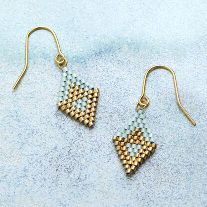 Håndlavede, unikke smykker med delicaperler, øreringe med sten og perler. Forgyldt sølv og guldbelagte perler. Brick stitch syning, harlekin mønster