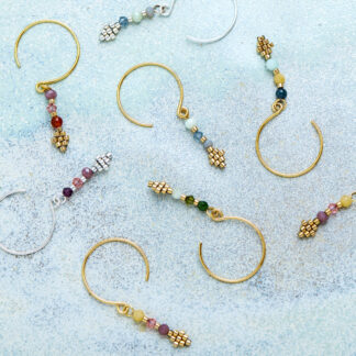 Håndlavede, unikke smykker med delicaperler, øreringe med sten og perler. Inspireret af den klassiske creol. Forgyldt sølv og guldbelagte perler