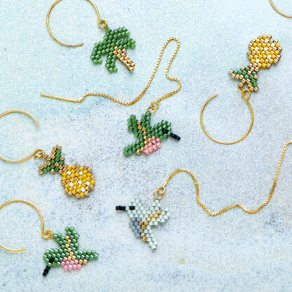 Øreringe med ananas, palme og fugle. Håndlavede, unikke smykker med delicaperler, øreringe med sten og perler. Forgyldt sølv og guldbelagte perler