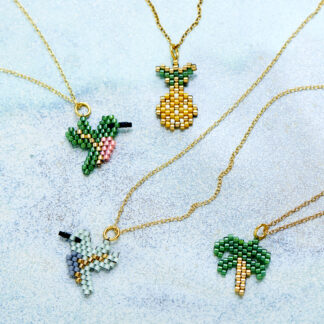 halskæde med ananas, palme og fugle. Håndlavede, unikke smykker med delicaperler, øreringe med sten og perler. Forgyldt sølv og guldbelagte perler